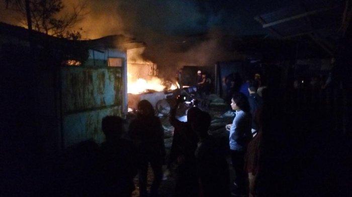 Petugas Pemadam Kebakaran KesulitanPadamkan Api di Gudang Dupa
