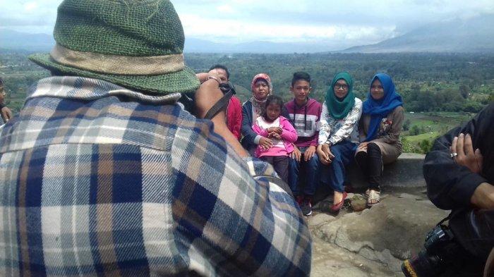 Wisatawan berfoto bersama dengan keluarganya dengan latar belakang Gunung Sinabung, beberapa waktu lalu. Saat ini Bukit Gundaling masih menjadi pilihan keluarga sebagai tempat berlibur.
