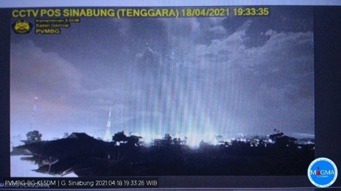 Minggu Malam, Sinabung Dua Kali Erupsi, Semburkan Kolom Abu 2.000 Meter