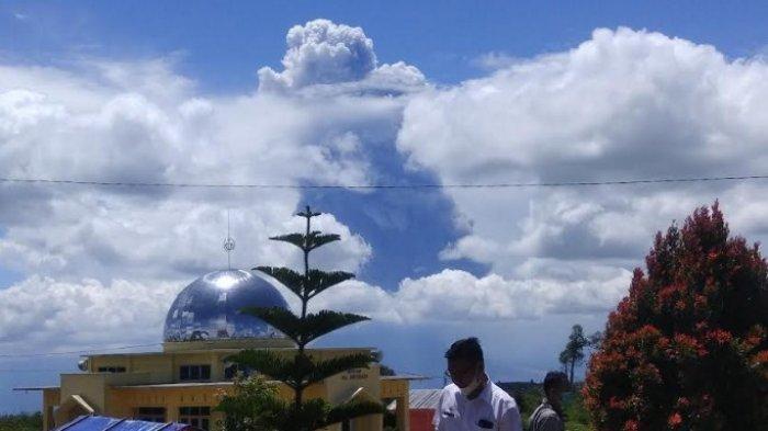 Gunung Sinabung Kembali Erupsi, Luncurkan Abu Vulkanik Setinggi 4500 Meter dari Puncak Gunung