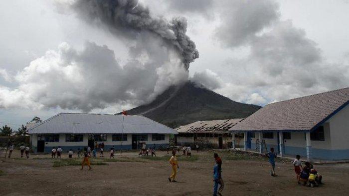 Gunung Sinabung MeletusSemburkan Awan Panas, 8 Kawasan Diguyur Hujan Debu