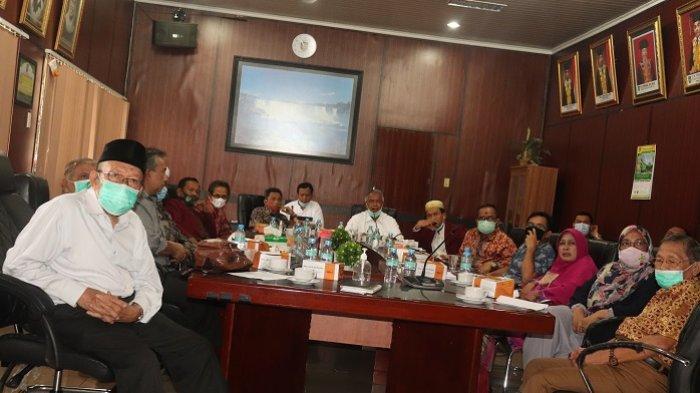 Guru Besar UISU yang dipimpin Prof Dr Ir Djohar Arifin Husin PhD sedang melakukan rapat di di Ruang Serbaguna Pusat Administrasi UISU kemarin (2/1)