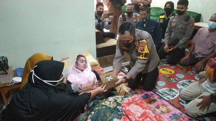 Kapolres Sukabumi AKBP M Lukman Syarif menyerahkan bantuan dari Presiden Jokowi untuk guru Susan Antela yang mengalami kelumpuhan setelah disuntik vaksin Covid-19, Selasa (4/5/2021) sore.