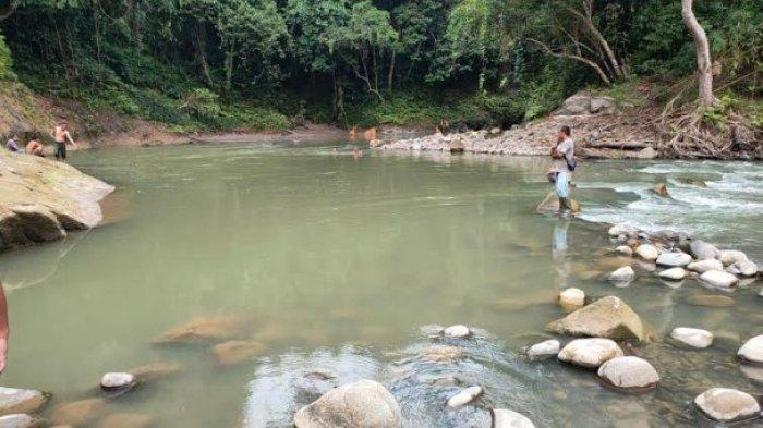 Warga saat melakukan pencarian dan evakuasi anak hanyut di aliran sungai Sei Belumai yang berada di Desa Gunung Rintih, Kecamatan STM Hilir, Deliserdang, Sabtu (20/6/2021). (Tribun-medan.com/HO)