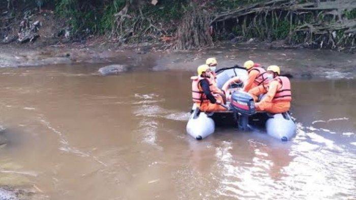 Tim SAR melakukan pencarian orang hanyut di Sungai Belawan, Jumat (11/6/2021). (Tribun-medan.com/HO)