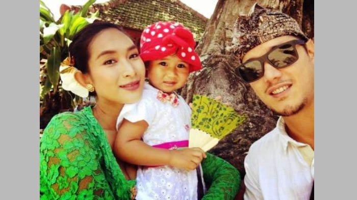 Happy Salma dan suami serta anaknya.