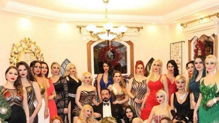 Harun Yahya dikelilingi banyak wanita pengikutnya