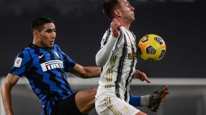 Achraf Hakimi berduel dengan Federico Bernardeschi dalam laga Juventus vs Inter Milan pada leg kedua semifinal Coppa Italia 2020-2021 yang digelar di Stadion Allianz, Turin, Selasa (9/2/2021) malam waktu setempat.