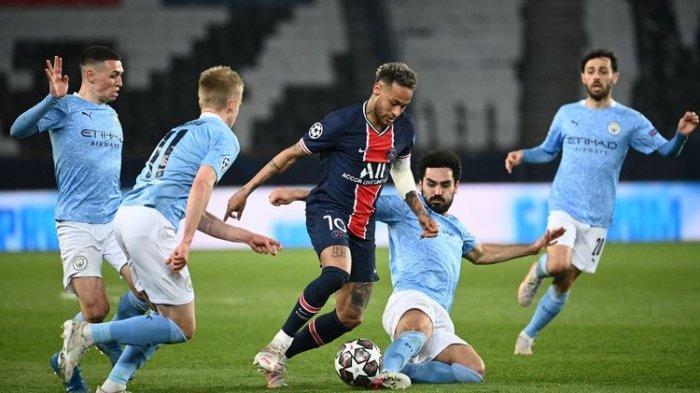 Penyerang PSG, Neymar, dikerubungi pemain-pemain Man City dalam laga leg pertama semifinal Liga Champions 2020-2021 di Stadion Parc des Princes, 28 April 2021.