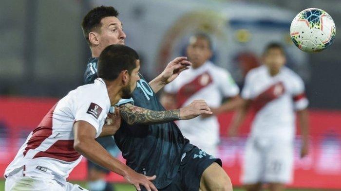 Lionel Messi dan pemain timnas Peru, Miguel Trauco (kiri) memperebutkan bola dalam pertandingan Peru vs Argentina pada Kualifikasi Piala Dunia 2022 zona Amerika Selatan di Stadion Nasional, Rabu (18/11/2020) pagi WIB.