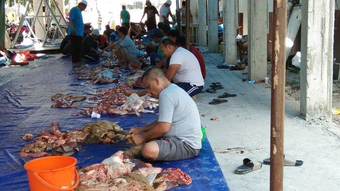 Masjid Al-Jihad Bagikan 200 Porsi Daging Siap Santap untuk Jamaah yang Sholat Dzuhur di Masjid