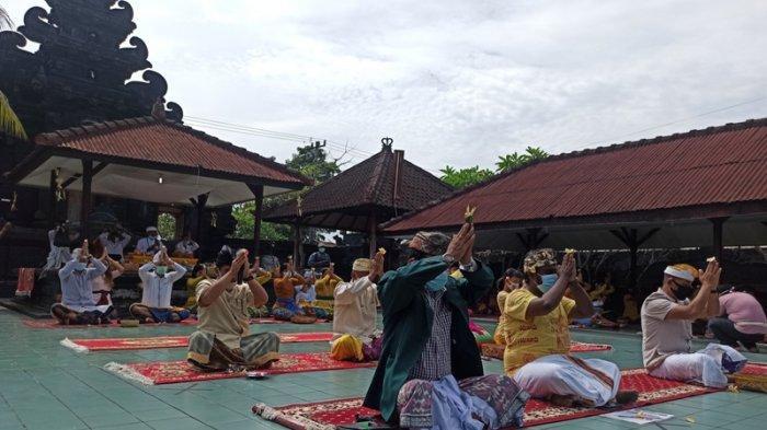 UMAT Hindu saat melaksanakan Perayaan Kuningan dengan menerapkan Protokol kesehatan di Pura Agung Raksa Buana, Jalan Polonia No. 216, Polonia, Kecamatan Medan Polonia, Sabtu (26/9/2020).