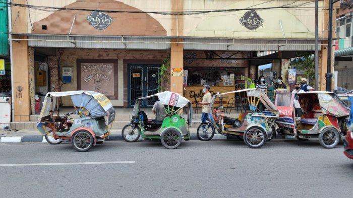 Sambut Lebaran, Keluarga Besar Daily Dose Salurkan Paket Sembako ke Abang Becak