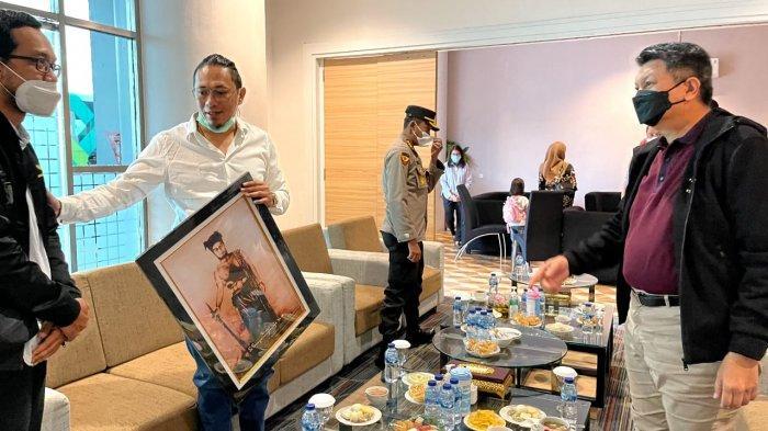 Ketua Umum DPP Angkatan Muda Sisingamangaraja XII, Paulus Ronal Sinambela,SH menyerahkan cendera mata berupa lukisan Pahlawan Nasional kepada Kalemdiklat Polri Komjen Pol.Prof.Dr. H. Rycko Amelza Dahniel, M.Si di Bandara Internasional Kualanamu, Sabtu (10/4/2021).