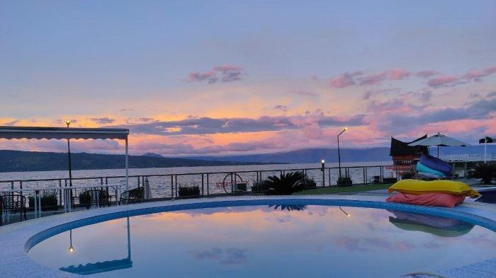 Berenang Sambil Menikmati Senja dengan Pemandangan Danau Toba Di My Nasha Hotel