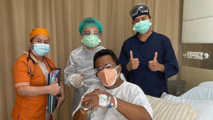 Hotman Paris mendadak mengunggah foto saat dirinya dikelilingi wanita berseragam rumah sakit (RS).