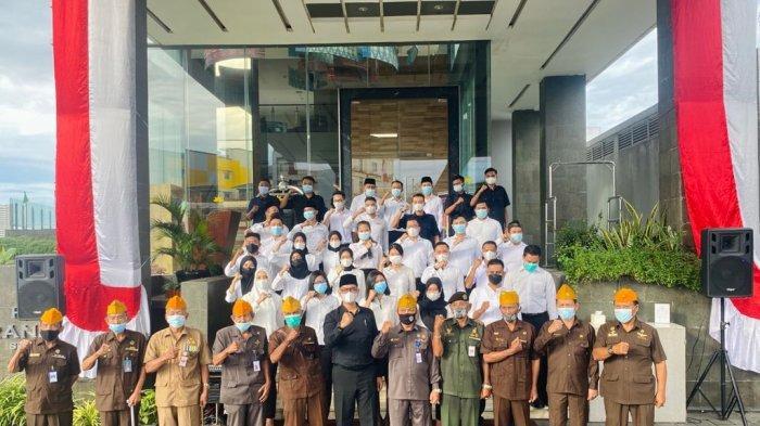 Hotel GranDhika Setiabudi Medan mengadakan upacara di halaman hotel pada pukul 07.30 Wib dengan mengundang Veteran Kota Medan dan diikuti oleh karyawan Hotel dengan penuh hikmat dan tetap menerapkan aturan protokol kesehatan.