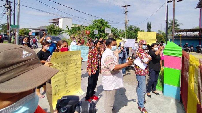 BREAKING NEWS, Puluhan Ibu Demo Buntut Pencabulan Murid SD oleh Oknum Kepsek BS, Minta Dipecat