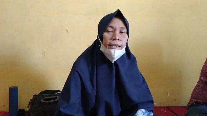 Ibu korban, Lia Pratiwi (42) saat ditemui di rumah duka, Selasa (15/6/2021). (Tribun-medan.com/Fadli Tara)