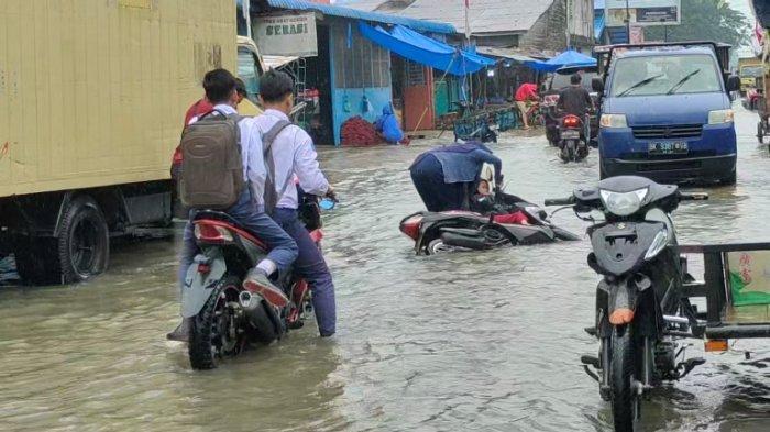 Ya Ampun, Kasihan Kali, Gegara Banjir Ibu Rumah Tangga Terjatuh Bersama Anaknya
