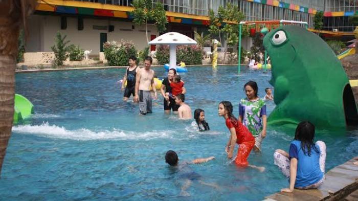 Suasana pengunjung di Wonders Water World Water Park CBD Polonia Medan terjadi peningkatakan pengunjung di akhir pekan perayaan Hari Raya Idul Fitri, Sabtu (9/7/2016)