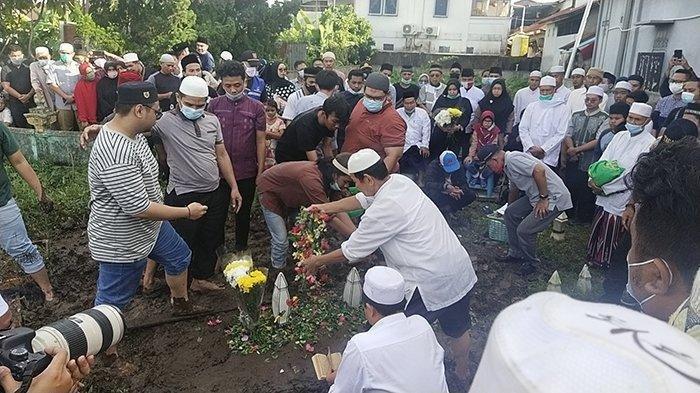 Proses Pemakaman Ihsan Adhlan Hakim (33), satu di antara penumpang pesawat Sriwijaya Air dengan nomor penerbangan SJ182 yang jatuh di Kepulauan Seribu, Sabtu 16 Januari 2021.