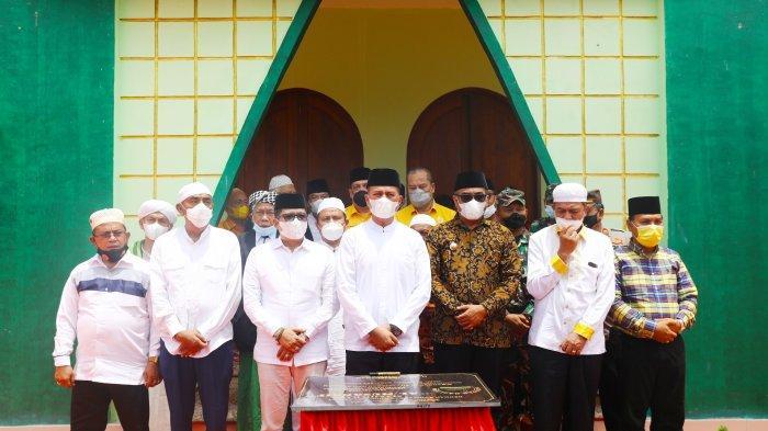 Terkenang Sang Ayah H Anif, Ijeck Meneteskan Air Mata Resmikan Masjid Raya Al-Musannif di Tabuyung