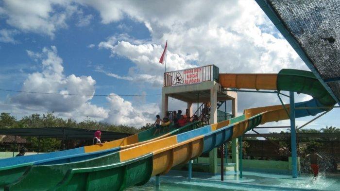 PENGUNJUNG tengah menikmati wahana bermaian air di Ikhsan Mas Waterboom.