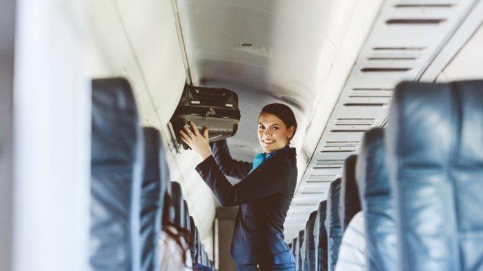 Lakukan Cara Tak Biasa saat Tutup Bagasi Kabin Pesawat, Aksi Pramugari Ini Viral, Ini Videonya