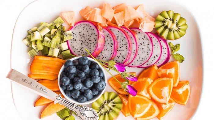 Ilustrasi sajian buah potong dengan menyertakan buah naga.