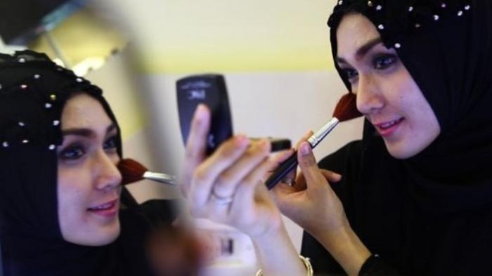 Ternyata 10 Cara Berdandan Wanita Seperti Ini Diharamkan, Termasuk Cabut atau Cukur Alis Mata