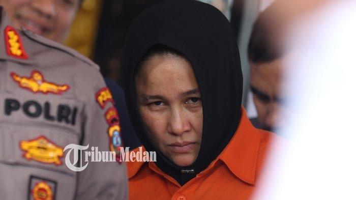Zuraida Hanum, otak utama sekaligus tersangka kasus pembunuhan suaminya, Jamaluddin, hakim Pengadilan Negeri Medan. Ia dihadirkan oleh polisi dalam gelar kasus perkara di Mapolda Sumatera Utara, Medan, Rabu (8/1/2020).