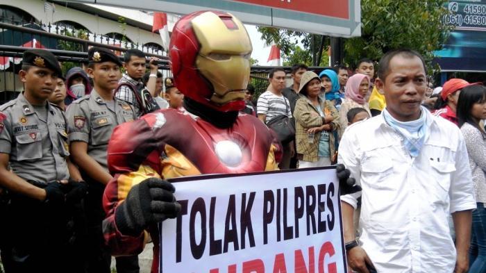 Iron Man Demo Tolak Pilpres Curang di KPU Sumut