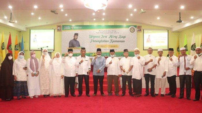 Rektor UISU Dr. H. Yanhar Jamaluddin, MAP bersama Ustadz H. Abdul Latif Khan S.Ag dan pimpinan UISU foto bersama usai peringatan Israk Mikraj Nabi Muhammad SAW di Auditorium UISU Jalan SM Raja Medan, kemarin (20/3)