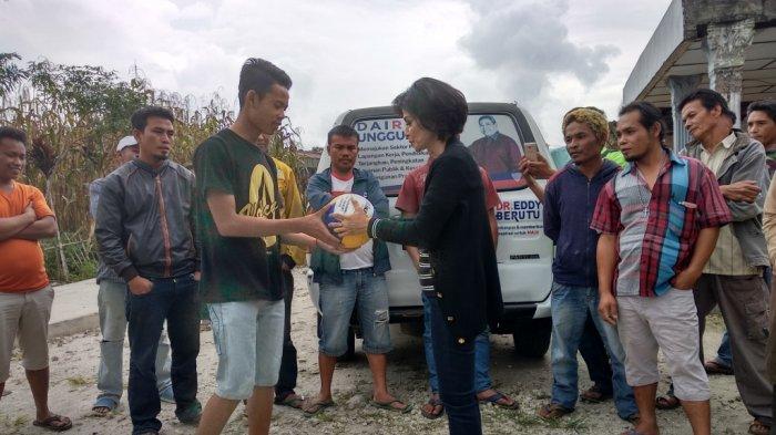 Eddy Berutu Sumbang Alat Olahraga ke Pemuda di Panji Dabutar