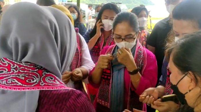 Istri Menteri UMKM Teten Masduki, Suzanna Ramadhani sambangi Desa Meat untuk melihat secara langsung pengerjaan hasil kreasi masyarakat sekitar pada Selasa (5/10/2021).