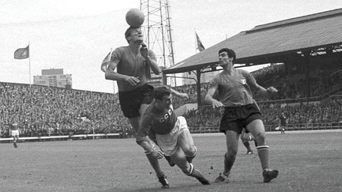 Foto file saat pemain Tim Nasional Italia Giacinto Fachetti (paling kiri) melakukan penjagaan terhadap seorang pemain Tim Nasional Uni Soviet (tengah) pada laga Piala Dunia 1966. Kedua tim berhadapan kembali di babak Semi Final Euro 1968 dan Italia memenangkan laga lewat tos-tosan atau undian koin.