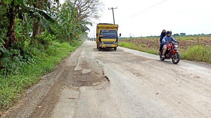 Ruas jalan di kawasan Hamparan Perak kondisinya hancur lebur dan tak pernah diperbaiki hingga saat ini, Jumat (23/4/2021).(TRIBUN MEDAN/DEDY KURNIAWAN)