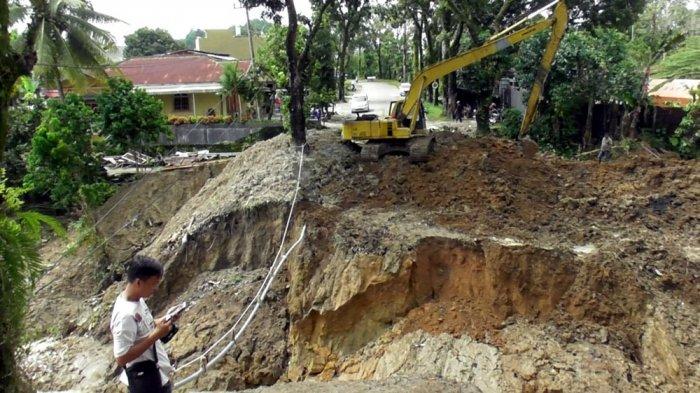 Jangan Melintas di Jalan Rakkutta Sembiring, Awalnya Jalan Amblas dan Sekarang Putus Total