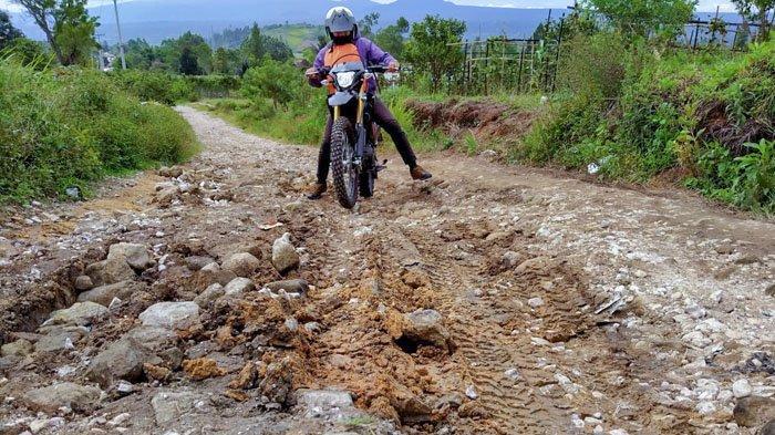 Jalan Penghubung Desa di Dairi Rusak Parah, Transportasi Terhambat dan Berpotensi Makan Korban