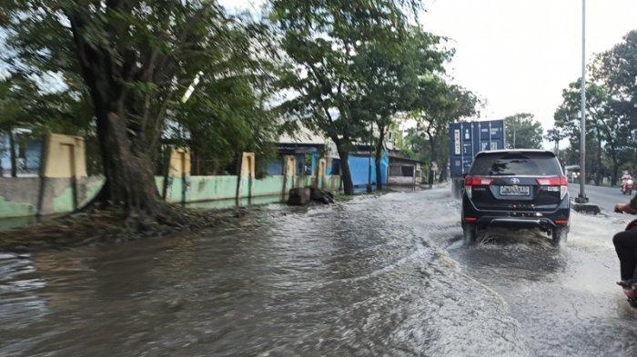 Genangan di Jalan Yos Sudarso Ganggu Pengendara, Warga Minta Drainase Diperbaiki