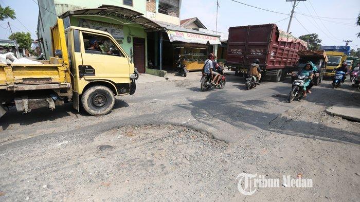 BERITA FOTO Jalan Rusak Patumbak Makan Korban, Kadis PUPR Deliserdang Bungkam