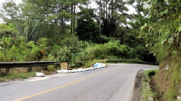 Jalan Rusak di Kawasan Sipintu-pintu Bahayakan Pengguna Jalan, Satu Meter Bahu Jalan Amblas