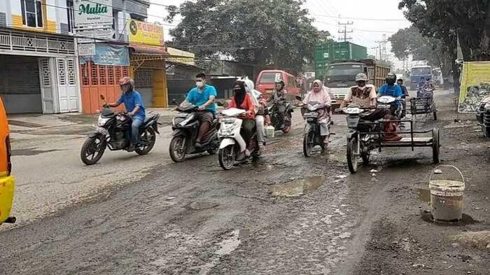 Jalan Titi Pahlawan Medan Marelan Rusak Parah, Pagi dan Sore Warga Terjebak Macet