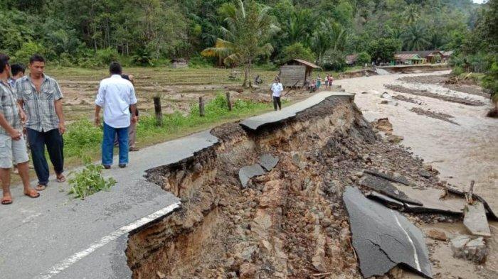 Jalan Lintas Sumatera di Tapteng Putus Akibat Banjir, Jaringan Komunikasi Rusak