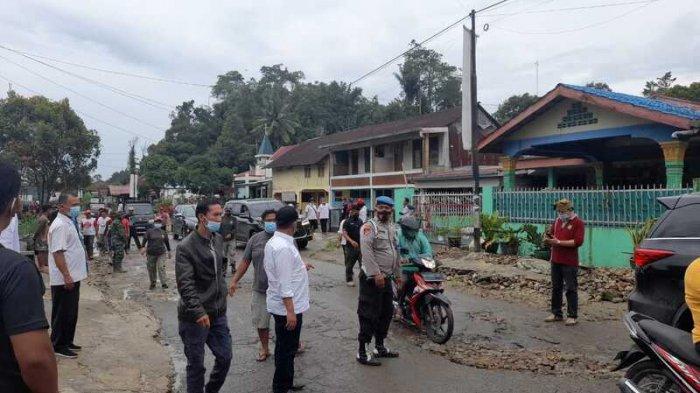 Lewati Jalan Rusak di Panei Tongah, Bupati Simalungun RHS Langsung Keluarkan Uang Pribadi