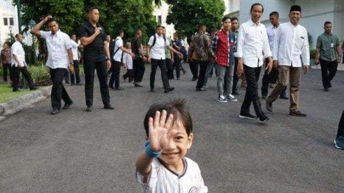 Jan Ethes menyapa warga saat ikut Lebaran hari kedua bersama Presiden Jokowi di Yogyakarta.