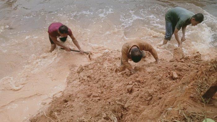 Ratusan Warga Jebol Tanggul Penahan Air di Simpang Empat Asahan, Berharap Tak Dipidana