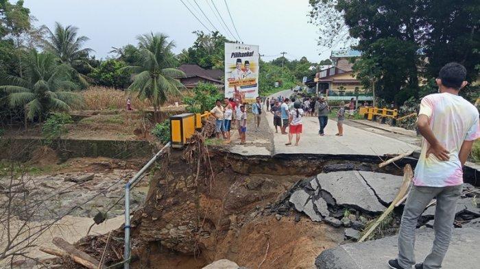 Diguyur Hujan, Jembatan Sungai Tongguran Tanah Jawa Amblas, Terparah Sejak 26 Tahun Terakhir
