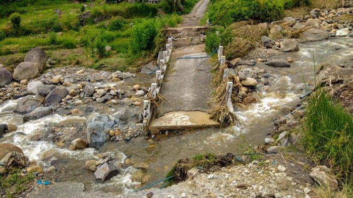 Banjir Bandang Melanda Kawasan Silahisabungan, Rumah dan Ladang Warga Terendam hingga Jembatan Rusak